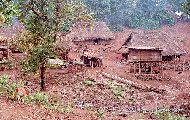 hmoob lub tsev. Hmong-village-2